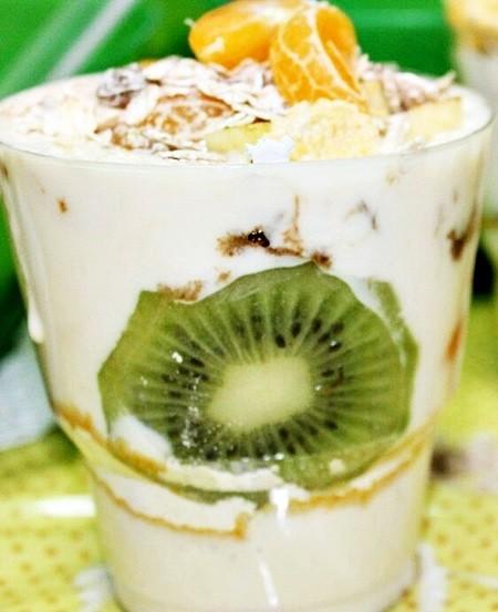 десерт с коктейлем Гербал и фруктами