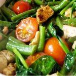 Салат с курицей, фасолью и помидорами